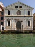 Främre fasad av en gammal Venetian kyrka Arkivbilder