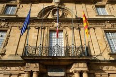 Främre fasad av gammal stadshusbyggnad i aixen provence, Frankrike Royaltyfri Foto