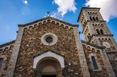 Främre fasad av kyrkan av San Salvatore som lokaliseras i den historiska mitten av Castellina i Chianti i Tuscany, Italien arkivfoton