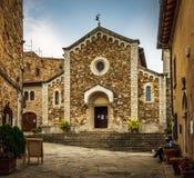 Främre fasad av kyrkan av San Salvatore som lokaliseras i den historiska mitten av Castellina i Chianti i Tuscany, Italien arkivbild