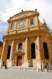Främre fasad av protestantkyrkan Arkivfoton