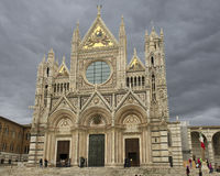 Främre fasad av Siena Cathedral Duomo di Siena Arkivbild