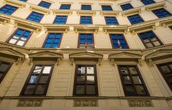 Främre fasad för hyreshus i den gamla staden Wien Royaltyfri Foto