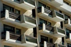 Främre fasad för hyreshus med balkonger Arkivfoton