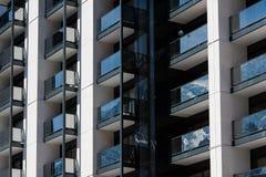 Främre fasad för hyreshus med balkonger Royaltyfri Bild
