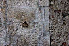 Främre foto av en gammal vägg med den rostiga cirkeln Arkivfoto