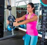 Främre genomkörare för flicka för plattalönelyftbrunett på idrottshallen Arkivfoton