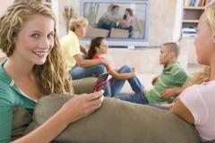 främre hänga ut tonåringtelevisionen Fotografering för Bildbyråer