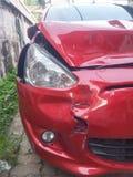 Främre höger röd bilolycka arkivfoton