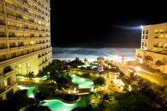 Främre hotell för strand på natten Royaltyfri Foto