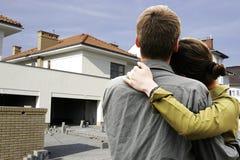 främre hus för par fotografering för bildbyråer