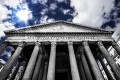 FRÄMRE INGÅNG AV PANTEHEON BERÖMD DESTINATION AV ROME royaltyfri fotografi