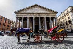FRÄMRE INGÅNG AV PANTEHEON BERÖMD DESTINATION AV ROME arkivfoto