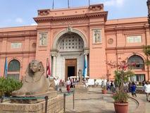 Främre ingång för egyptiskt museum Arkivfoto