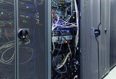 Främre kommunikationsutrustning med innardsen i en serie av datorhallen arkivfoto