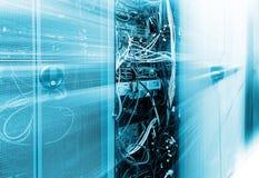 Främre kommunikationsutrustning med innardsen i en serie av datorhallen bakgrundsblur suddighetdde rörelse för låsfrisbeebanhoppn royaltyfri foto