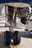 Främre landa kugghjul av stor passagerarflygplan, närbild royaltyfri fotografi