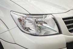 Främre ljus av den nya bilen Arkivfoto