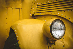 Främre ljus av skolbussen arkivfoto