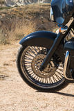 Främre motorcykelskiva och gummihjul i slut upp Prärie i sommar Arkivfoto