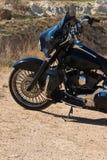 Främre motorcykelskiva och gummihjul i slut upp Prärie stäpp i sommar Arkivbild