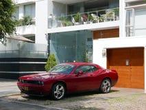 Främre och sidosikt av en röd Dodge för mintkaramellvillkor utmanare SRT8 392 Hemi som parkeras i Miraflores, Lima Arkivfoto