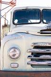 Främre pannlampa och galler av en gammal vit bedford lastbil arkivbilder
