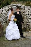 främre par watterfallbröllop Royaltyfria Foton