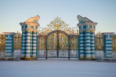 Främre port av den Catherine Palace närbilden i den Februari skymningen Tsarskoye Selo Arkivfoton