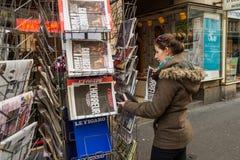 Främre räkningar av den internationella tidningen Arkivbilder