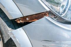 Främre sida av den brutna och skadade bilhaveriet i forcerad olycka med skrapad målarfärg i sammanstötningsslut upp arkivbilder