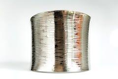 Främre sida för skinande silverarmband arkivfoton