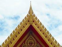 Främre sida för thailändskt tempeltak med Thailand målning, guld- konst, Arkivfoto