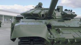 Främre sikt av behållaren för huvudsaklig strid T-72B3 Trevlig threaning sikt av den militära maskinen lager videofilmer