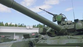 Främre sikt av behållaren för huvudsaklig strid T-80U-E-1 Threatning sikt av den militära maskinen arkivfilmer