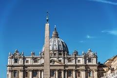 Främre sikt av berömda St Peters för värld dom Royaltyfri Bild