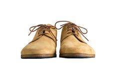 Främre sikt av bruna skor för manmockaskinnläder som isoleras på vit Fotografering för Bildbyråer