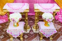 Främre sikt av bukettgarnering för handen som häller i thai bröllop Royaltyfri Bild