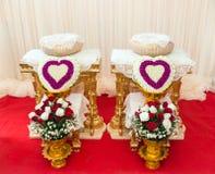 Främre sikt av bukettgarnering för handen som häller i thai bröllop Royaltyfri Foto