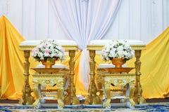 Främre sikt av bukettgarnering för handen som häller i thai bröllopceremoni Royaltyfri Fotografi