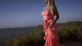Främre sikt av den allvarliga barfota unga kvinnan lager videofilmer