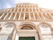 Främre sikt av den dekorativa romanska portalen av den Pisa domkyrkan - Roman Catholic domkyrka som är hängiven till antagandet a Arkivfoto