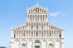 Främre sikt av den dekorativa romanska portalen av den Pisa domkyrkan - Roman Catholic domkyrka som är hängiven till antagandet a Royaltyfria Bilder