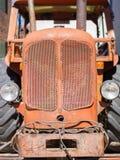 Främre sikt av den gamla röda traktoren och taxin Royaltyfri Fotografi