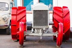 Främre sikt av den gamla traktoren med röda hjul Royaltyfria Bilder