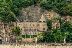 Främre sikt av den härliga gamla stenkyrkan på Ungern för Gellért kullegrotta I Budapest arkivfoto