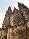 Främre sikt av den huvudsakliga ingången till domkyrkan för St Vitus i den Prague slotten i Prague, Tjeckien Royaltyfri Foto