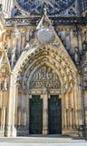 Främre sikt av den huvudsakliga ingången till domkyrkan för St Vitus i Prague royaltyfri fotografi