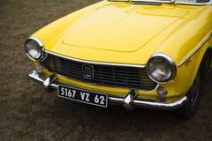 främre sikt av den klassiska tappningbilen Fiat Fiat 1500 1500 Royaltyfria Foton