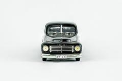 Främre sikt av den klassiska tappningbilen, skalamodell Royaltyfri Fotografi